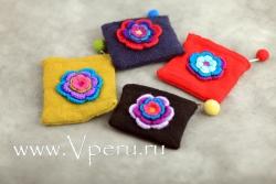 Кошельки вязаные с цветком ручной вышивкой
